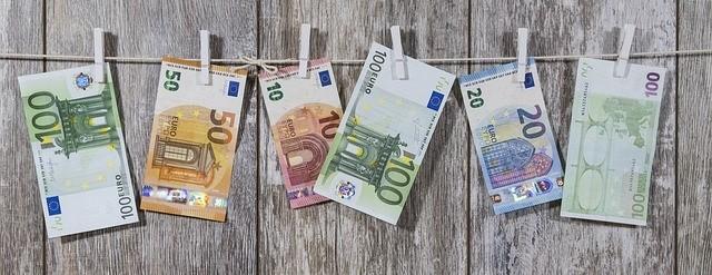 Деньги Евро на прищепках на веревке.